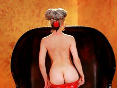Sizzling light-haired Mosh displays her adorable round butt