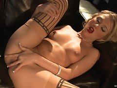 Jeanie Marie rams her fingers deep in succulent dripping slot