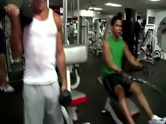 Watch muscley gay hunk at the gym