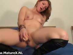 Sensual mature whore rubbing her clit part3