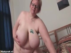 Plump attractive mom gets nude and plays part1