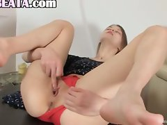 Twat opening and fingering of girl