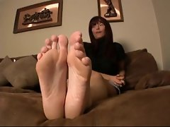 Cougar show her soles