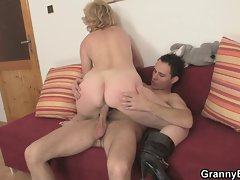 Experienced vixen jumps on 19 years old dick