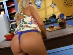 Sizzling Summer Brielle Taylor exposes her round butt