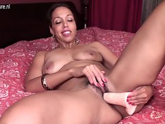 Attractive mature slutty mom with hungry bushy quim